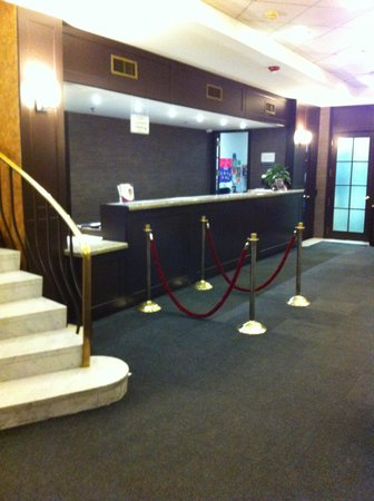 Crowne Plaza Hotel Montreal Airport : The Front Desk