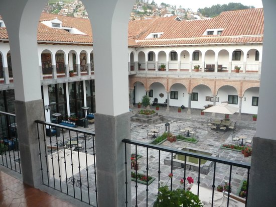 JW Marriott El Convento Cusco: Vista al patio central del hotel desde la terraza de la habitación