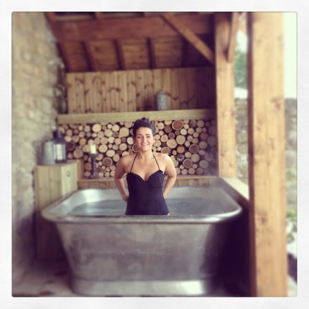 The Garage Spa: The outdoor tub