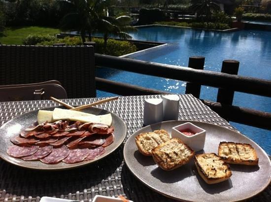 Barcelo Asia Gardens Hotel & Thai Spa: tapitas al borde de la piscina