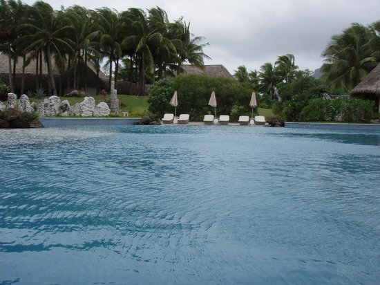 The St. Regis Bora Bora Resort : pool with swim up bar