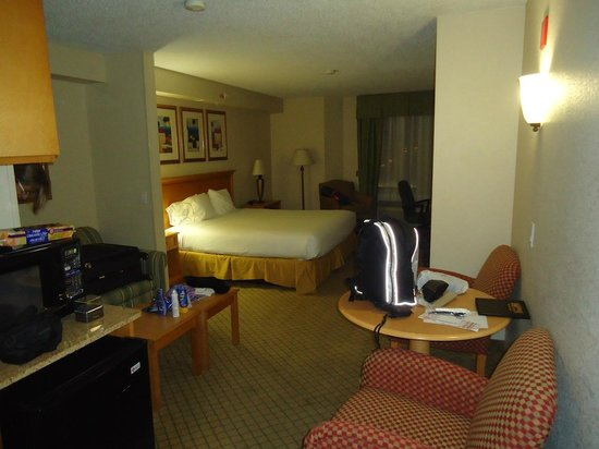Holiday Inn Express Hotel & Suites Universal Studios Orlando: Quarto com ante sala, microondas e frigobar