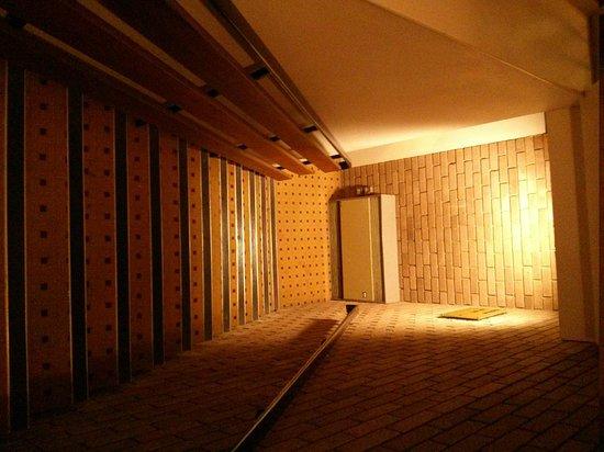 โรงแรมฮิลตัน แบรคเนลล์: A 1990s stairwell - concrete, drab, dull, cold and with an antiquated heater!
