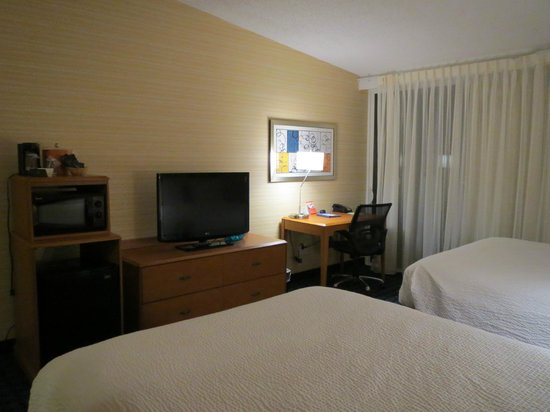 Fairfield Inn & Suites by Marriott, San Jose Airport: Microwave/mini fridge and working area