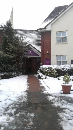 ‪‪Premier Inn Tamworth Central Hotel‬: Snowy entrance‬