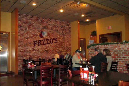 Fezzo's Seafood & Steakhouse: Comfy dining room