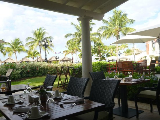 Sandals Grande St. Lucian Spa & Beach Resort: Outside area at Toscanini's for breakfast