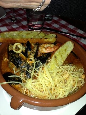 Pazzo Pomodoro: mussels and pasta added to enjoy the sauce