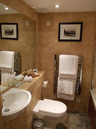 Plantation House Hotel and Restaurant : Well appointed bathroom
