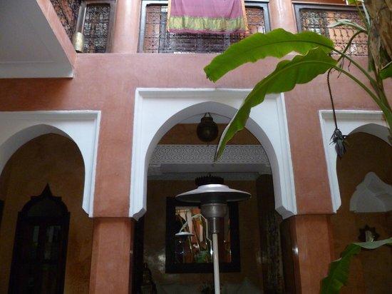 Riad Dar Attajmil: Beautiful courtyard inside the dar