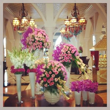 Jumeirah Zabeel Saray: fab flowers in lobby