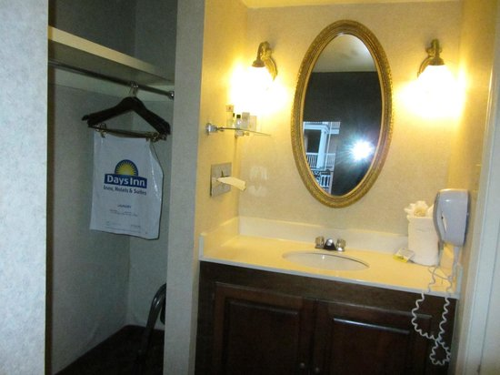 Days Inn Charleston Historic District: Vanity area