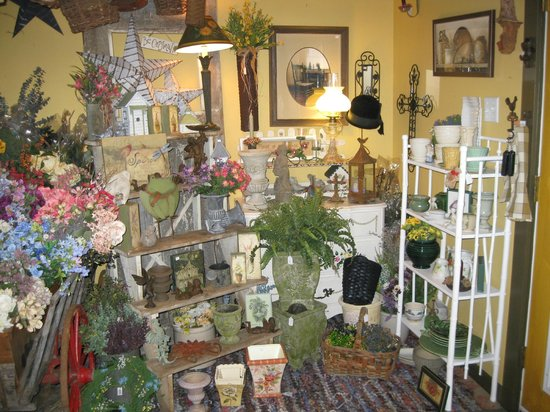 Piney Hill Bed & Breakfast: Inside the gift barn: lots of antiques, crafts.