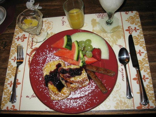 Piney Hill Bed & Breakfast: French toast with warm orange filling with blueberries on top. Yum !