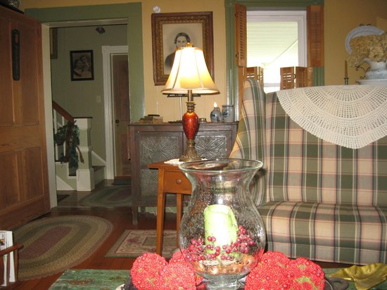 Piney Hill Bed & Breakfast: Living room.