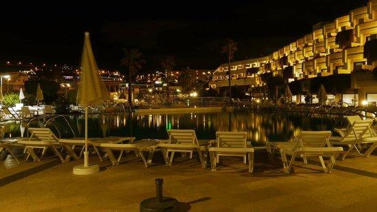 Hotel Gala: Innenanlage bei Nacht