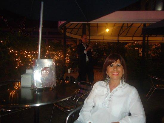 Gran Hotel Costa Rica: En el café del hotel, al aire libre, escuchando al saxofonista