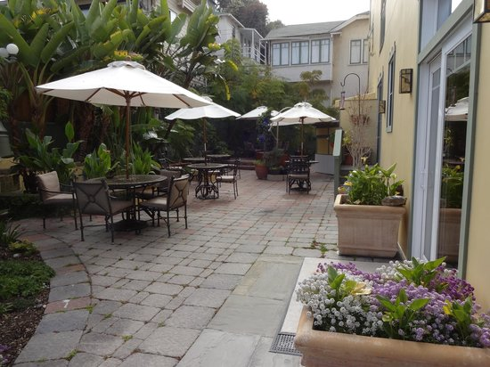 The Avalon Hotel: Courtyard and continental breakfast area