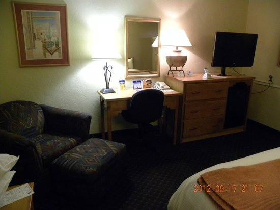 Best Western Turquoise Inn & Suites: Opposite king size bed