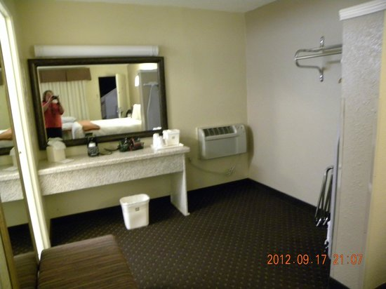 BEST WESTERN Turquoise Inn & Suites: Sink outside toilet and shower room - Clothes hanging area on right
