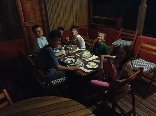 La Casa de Marita: los niños disfrutando de la cena