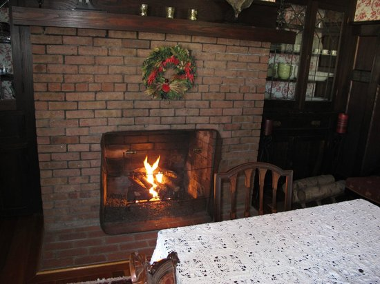 Hilltop House  Bed & Breakfast: Dining by the fire