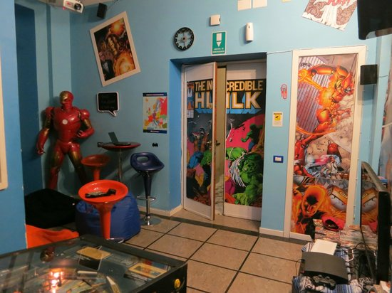 Comics guesthouse: Gaming area and entrance
