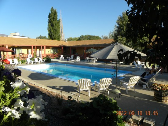 Country Lodge: Pool that was closed in September