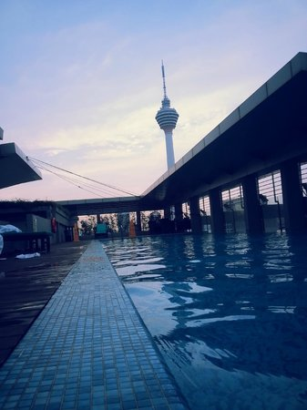 PARKROYAL Serviced Suites Kuala Lumpur: skypool with great sunset view