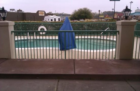 Econo Lodge Prattville: too cold to swim. but at least its there