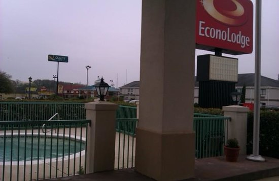 Econo Lodge Prattville: looking out the lobby door