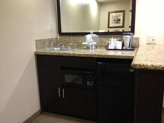 Radisson Suites Hotel Buena Park: microwave and fridge with bar sink