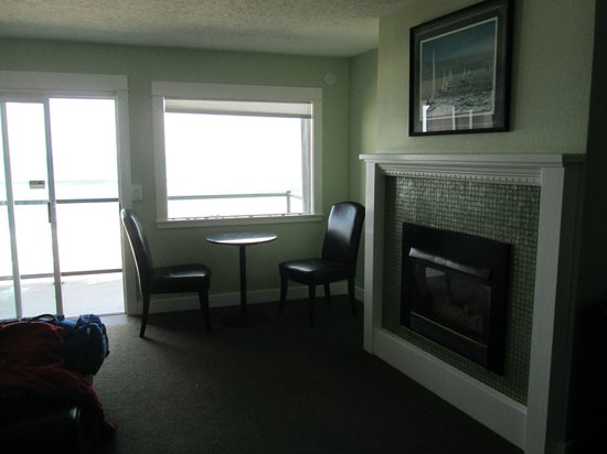Beachfront Manor Hotel: fireplace, seating area