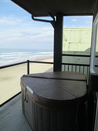 Beachfront Manor Hotel: hot tub on deck