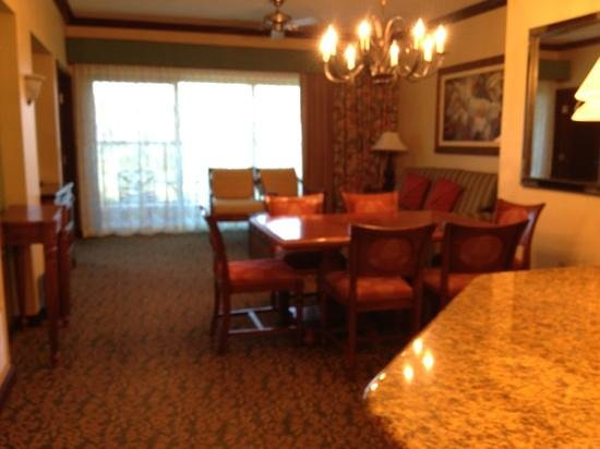 Marriott's Ko Olina Beach Club: open living room and dining room