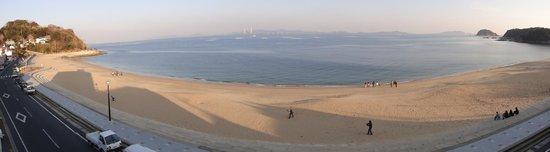 Shinojima : 宿の前の砂浜