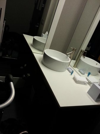 aloft Winchester: bathroom
