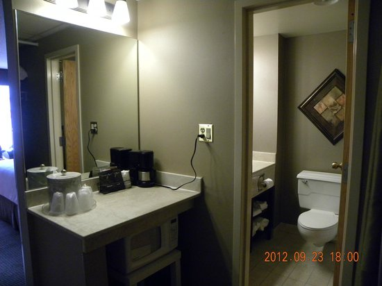 The Academy Hotel Colorado Springs: Sink ARea Outside Toilet & Tub/Shower Room
