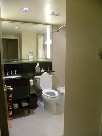 Doubletree by Hilton Hotel Denver: Room Bathroom