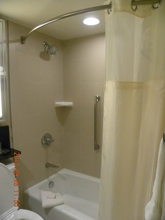 DoubleTree by Hilton Hotel Denver: Room Tub / Shower