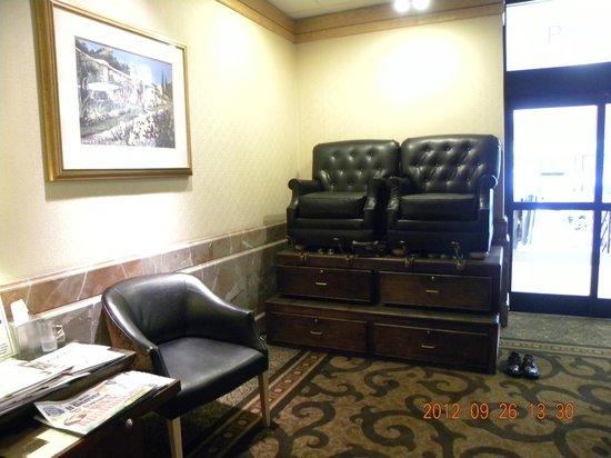 DoubleTree by Hilton Hotel Denver: Lobby Shoe Shine Area