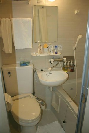Hotel Sunroute Umeda : All you need in the bathroom is provided for (toothbrush, toothpaste, shampoo, conditioner, soap