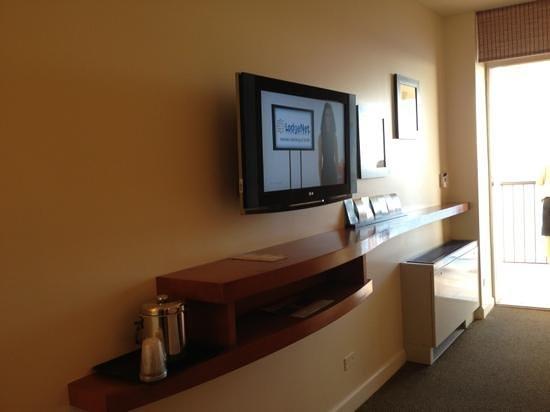 Sheraton Waikiki: flat screen tv with useful shelf