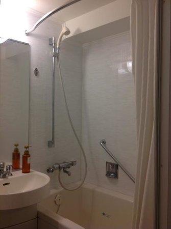 Tachikawa Grand Hotel: tub and shower