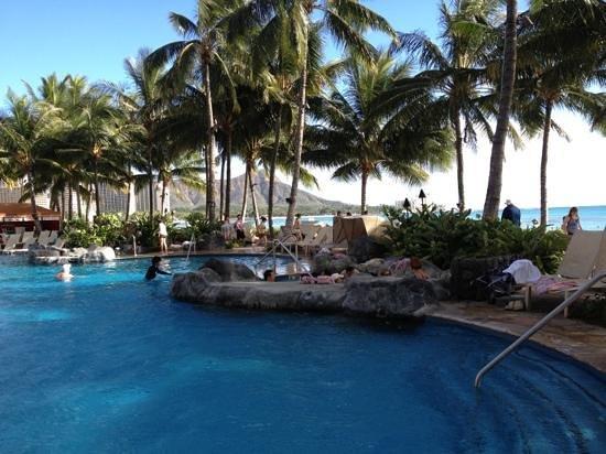 Sheraton Waikiki: pool next to the beach overlooking diamond head
