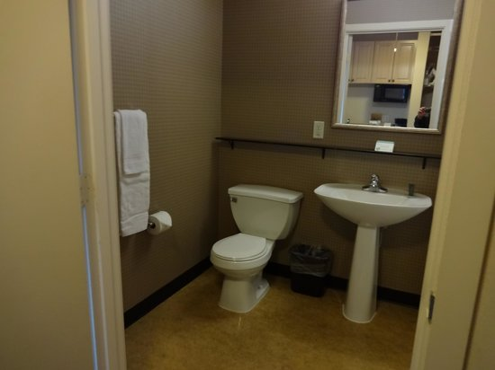 Mediterranean Inn : bathroom
