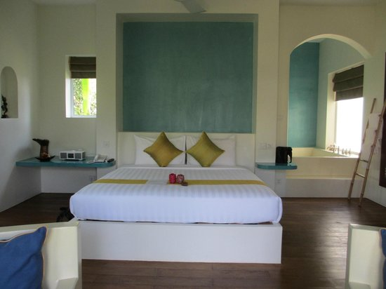Navutu Dreams Resort & Wellness Retreat: Beautiful king bed with small gift on arrival