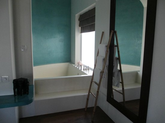 Navutu Dreams Resort & Wellness Retreat: Huge bath tub