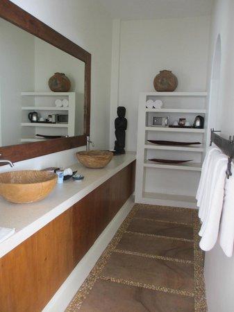 Navutu Dreams Resort & Wellness Retreat: Double vanity in the bathroom