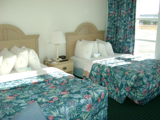 ‪‪Days Inn Kill Devil Hills Oceanfront - Wilbur‬: Two Double Beds, Eight Pillows‬